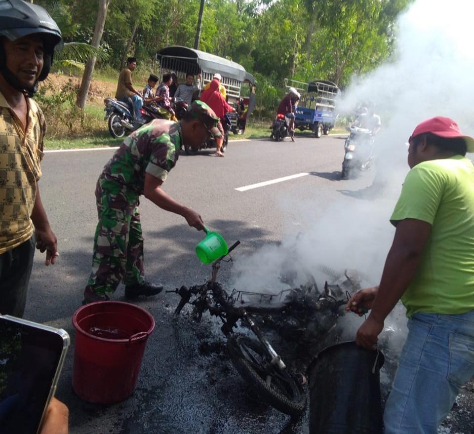 perjalanan menuju pasar, sepeda motor warga ambunten ini tiba-tiba terbakar