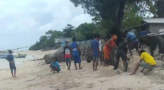 Warga Pertanyakan DPRD dan Pemkab Sumenep Saat Pantai di Pulau Ra'as Terancam Abrasi