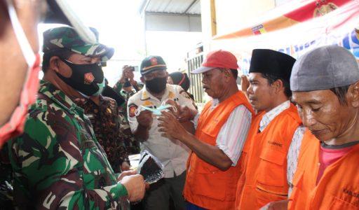 Kunker di Kabupaten Sampang, Danrem 084/BJ Bagikan Masker
