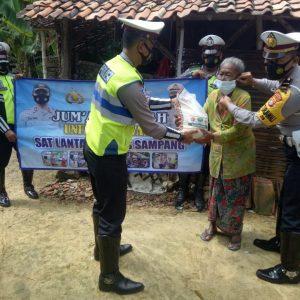 Jum'at Berkah, Polres Sampang Melalui Polantas Bagi-Bagi Sembako