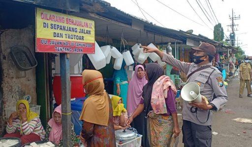 Pasar Tumpah Mengganggu Jalan Umum, Kapolsek Kangean Menertibkan dan Menerapkan Jalan Satu Arah