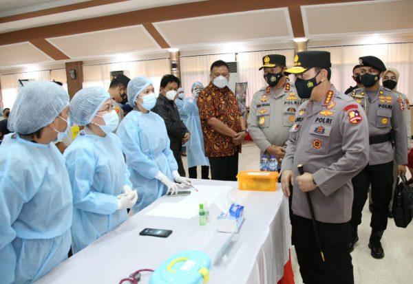 Vaksinasi Massal di Manado Ditinjau Langsung Kapolri
