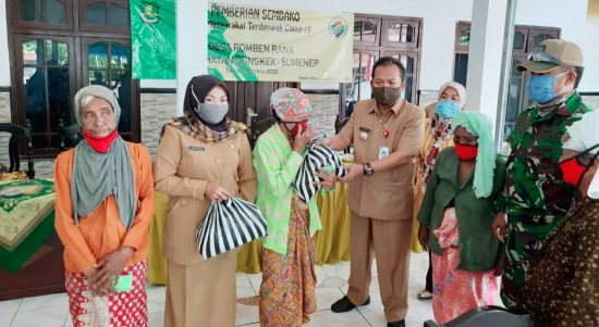 komitmen melindungi masyarakat dari covid-19, pemdes romben rana bagikan ratusan paket sembako dan masker