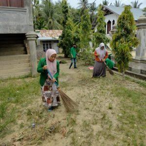 peduli lingkungan, mahasiswa kkn unimal membersihkan masjid al-hikmah desa blang weu baroh