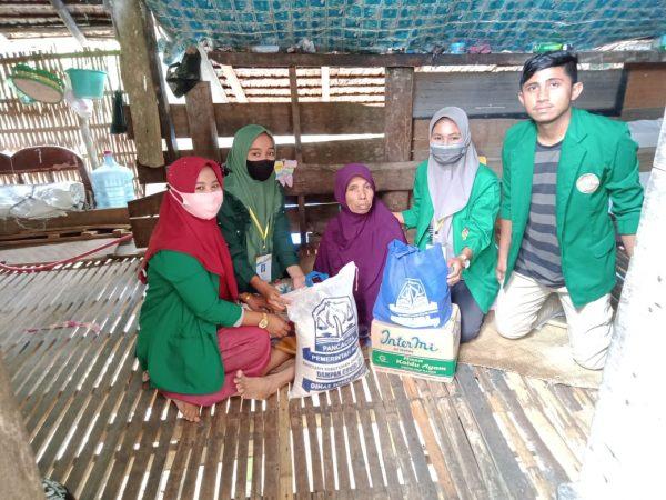 mahasiswa kkn unimal salurkan bantuan sembako kepada masyarakat lanjut usia