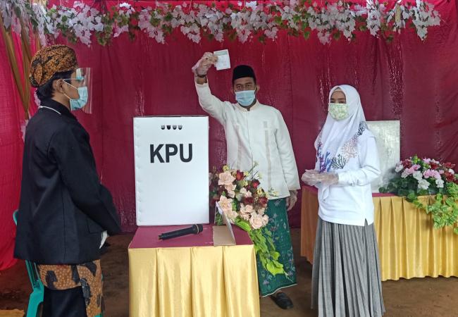 bersama istri, cabup achmad fauzi salurkan hak pilih di tps 3