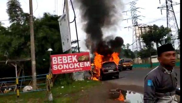 Foto Mobil Daihatsu Xenia Terbakar Di Suramadu