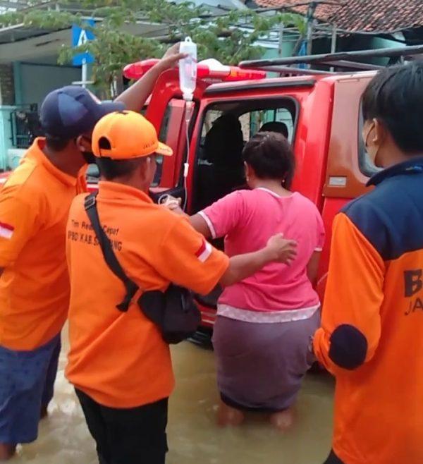 trc bpbd sampang mengevakuasi seorang wanita sedang sakit di jalan imam bonjol