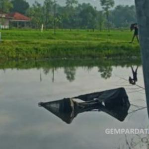 truk bermuatan drum nyungsep ke dalam kubangan air besar, ini penyebabnya